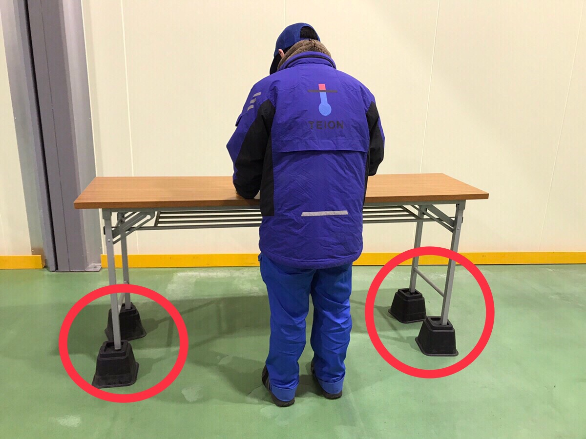 作業台の足の下に2種類の継ぎ足を設置し、3段階に高さを自由に調整することができます。