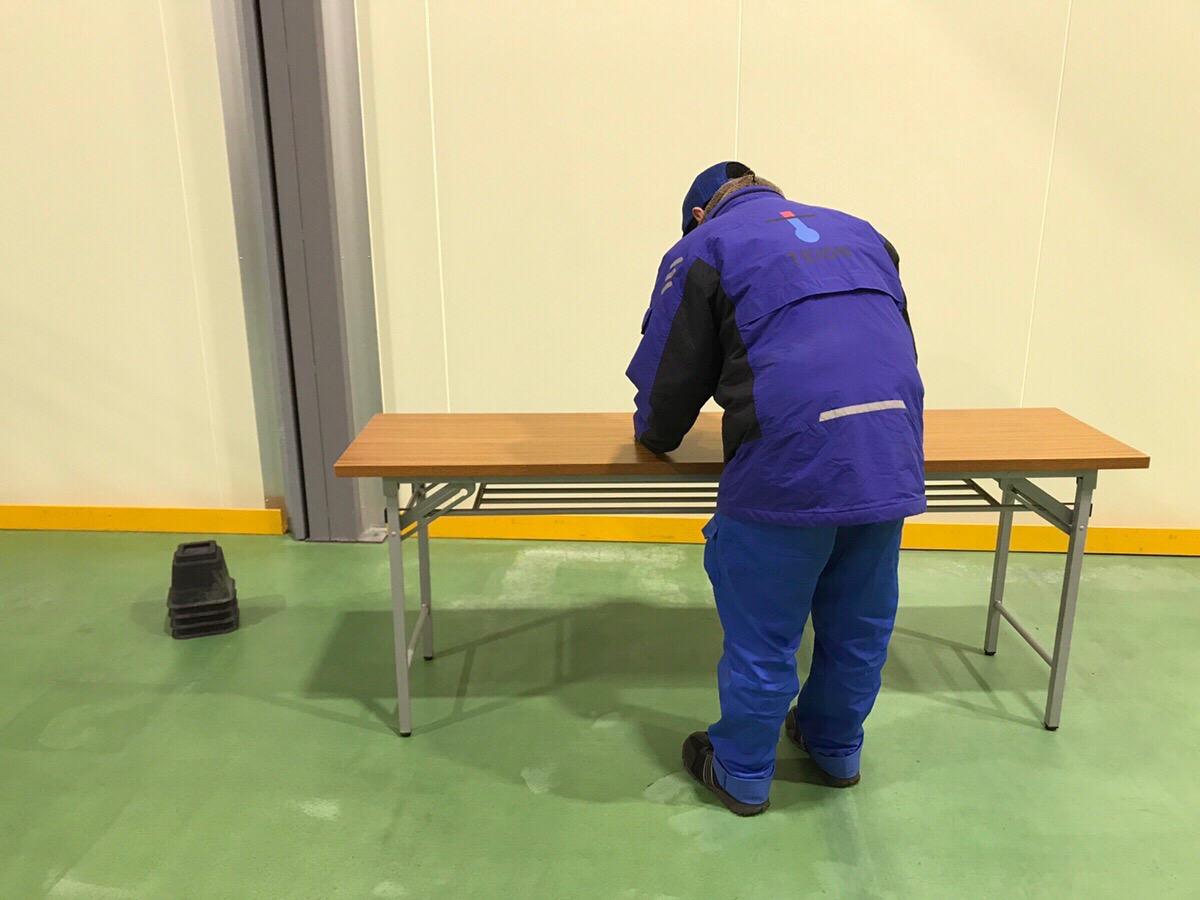 作業台に合わせた姿勢で長時間作業することで、後半になるほど効率が落ちてしまいます。