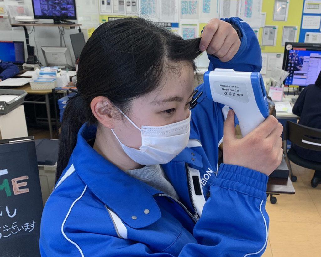 出社時、検温を行っています。