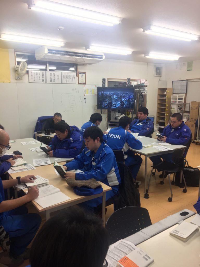 全社員が参加して、会社の方針やルールを学ぶ。